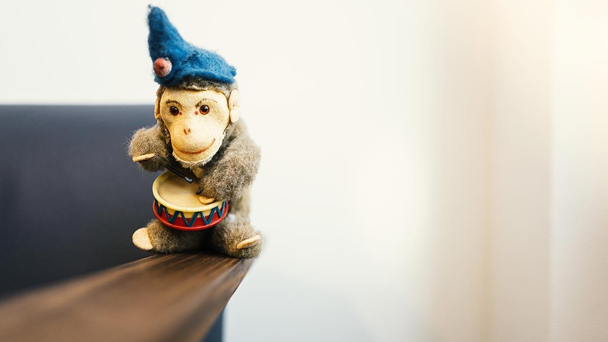 KJPP Praxis Gabriele Griep - Spielfigur Affee mit Blechtrommel