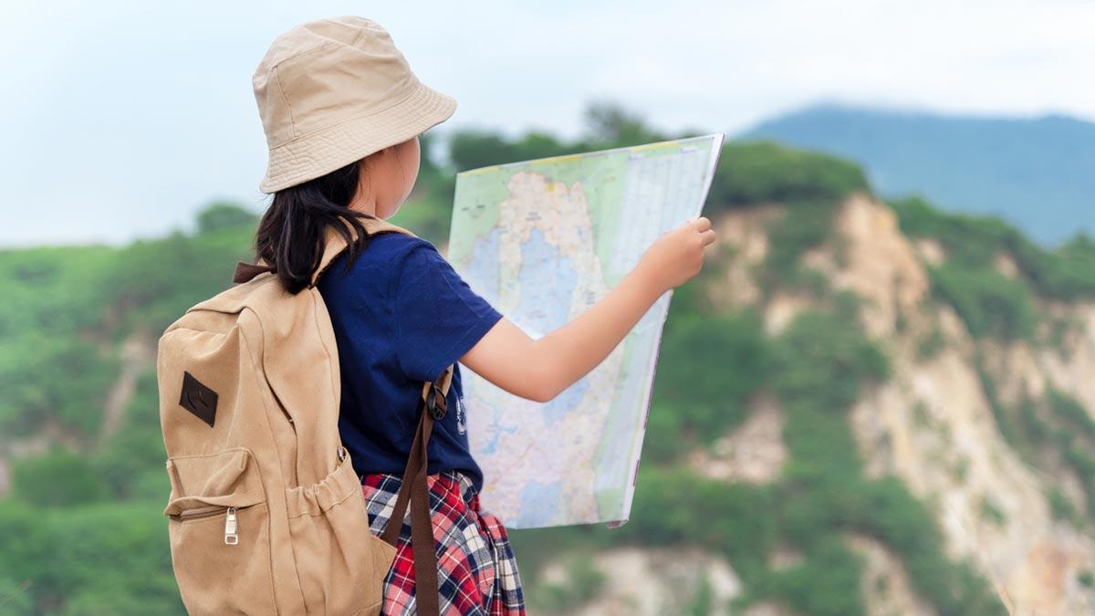 KJPP Praxis Gabriele Griep - Mädchen schaut auf Landkarte